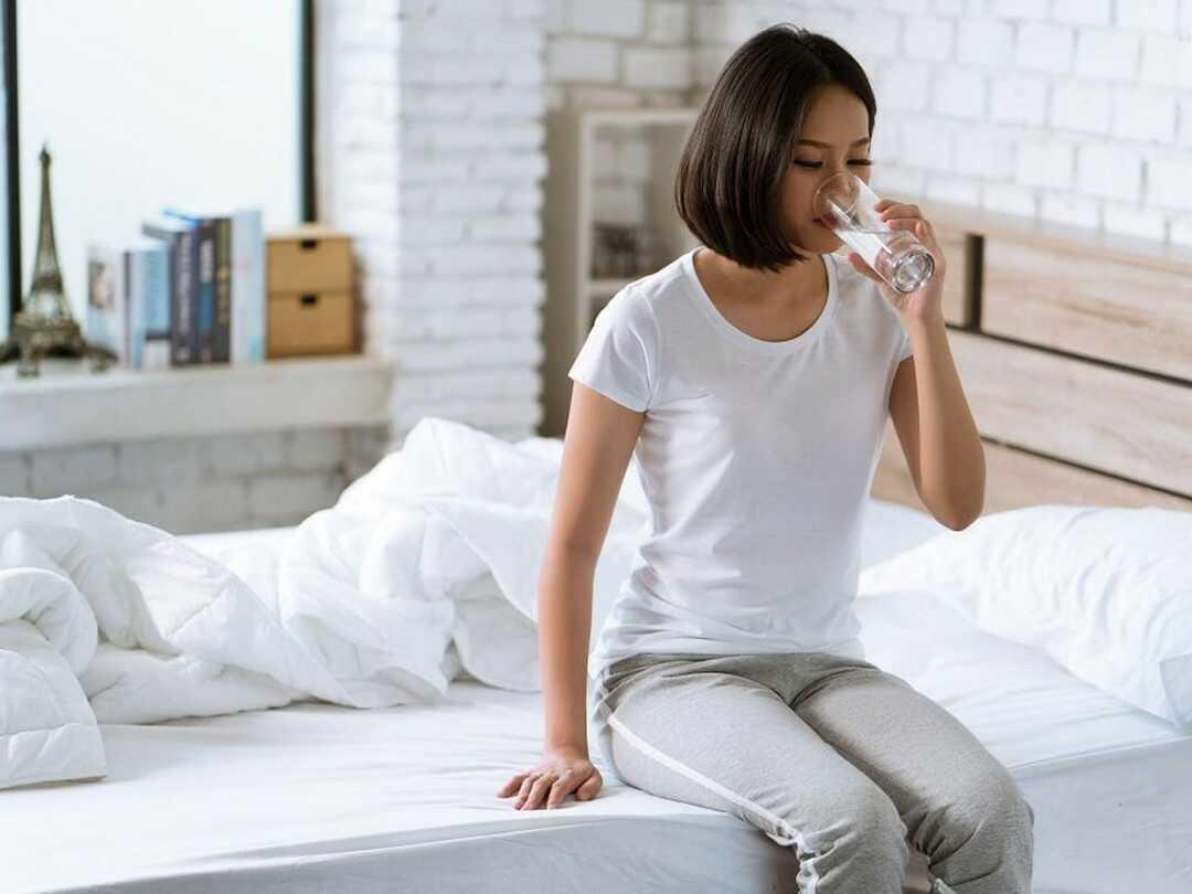 11 lợi ích của uống nước khi đói
